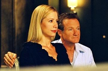 Robin Williams insieme a Mira Sorvino in una scena di The Final Cut