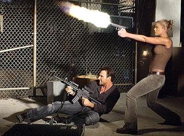 Christian Slater e Tara Reid in una scena di Alone in the Dark