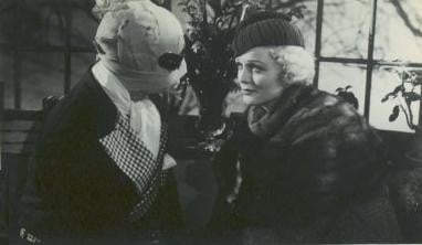 Claude Rains e Gloria Stuart in una scena del film L'uomo invisibile