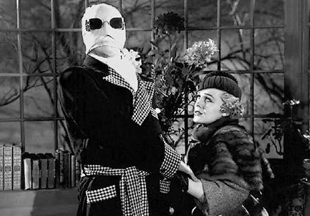 Claude Rains con Gloria Stuart in una scena de L'uomo invisibile