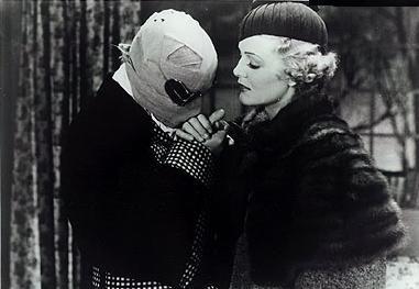 Claude Rains accanto Gloria Stuart in una scena de L'uomo invisibile