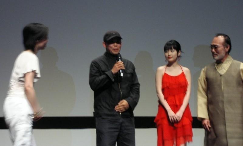 Festival de Cannes 2005: Kim Ki-Duk regista di Hwal assieme ai protagonisti del suo film