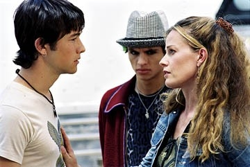 Joseph Gordon-Levitt, Jeffrey Licon ed Elisabeth Shue in una scena di Mysterious Skin