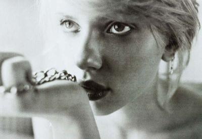 Un intenso primo piano di Scarlett Johansson