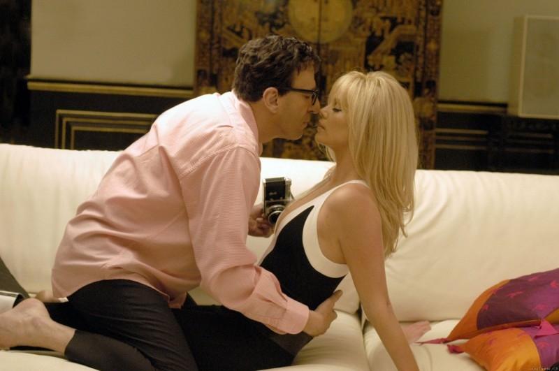 Geoffrey Rush con Charlize Theron in una scena di Una pantera ad Hollywood