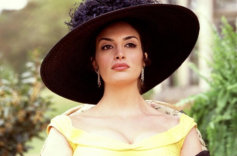 Sonia Aquino è Sophia Loren in una scena di Una pantera ad Hollywood