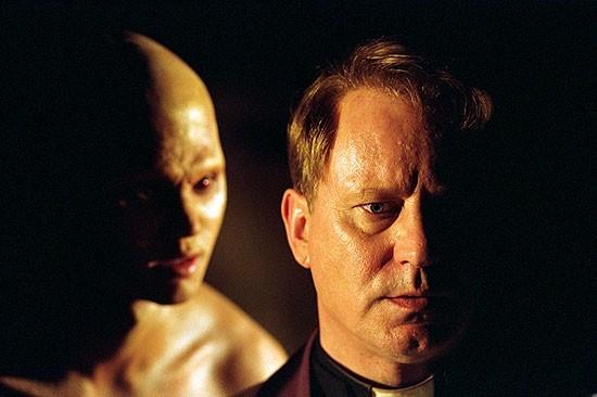 Stellan Skarsgard in una scena orrorifica di Dominion: A Prequel to the Exorcist