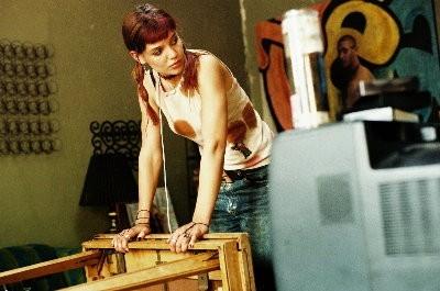 Katie Holmes in una sequenza del film Schegge di April