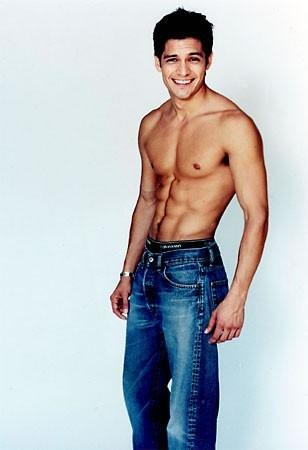 Nicholas Gonzalez a torso nudo