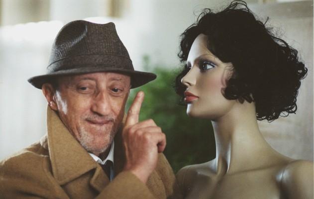 Carlo Delle Piane in una scena del film Nessun messaggio in segreteria