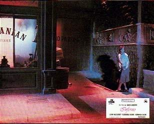 Irene Miracle in una lobbycard promozionale per Inferno