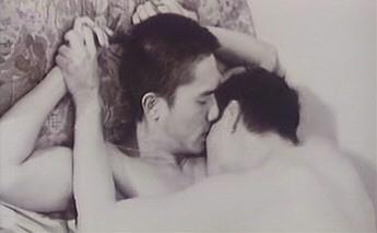 Leslie Cheung e Tony Leung Chiu Wai nella sensuale sequenza iniziale di Happy Together