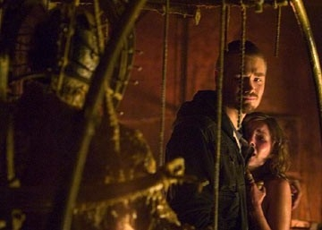 Chad Michael Murray ed Elisha Cuthbert in una scena de La maschera di cera