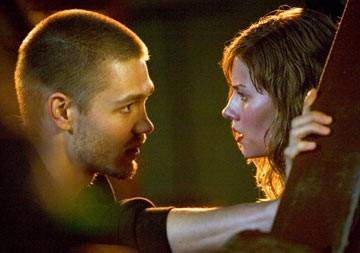 Chad Michael Murray ed Elisha Cuthberth in una scena de La maschera di cera