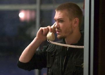 Chad Michael Murray al telefono in una scena de La maschera di cera