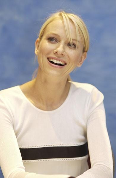 una sorridente Naomi Watts - l'attrice australiana è nata il 28 settembre '68