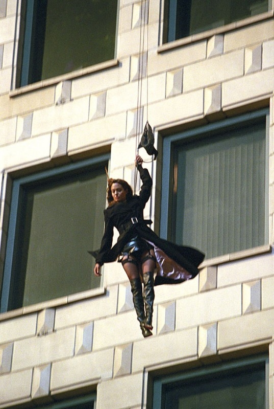Adrenalina e umorismo per Angelina Jolie in una scena di Mr. and Mrs. Smith