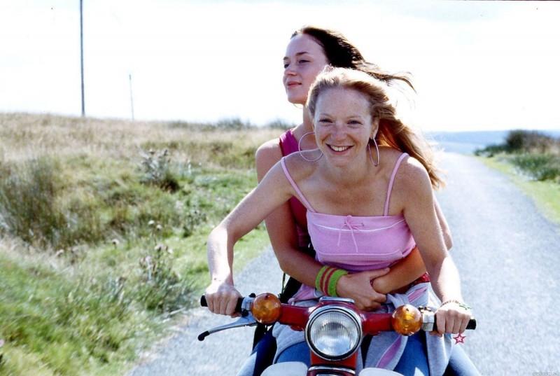 Nathalie Press ed Emily Blunt in una scena dal film My Summer of Love