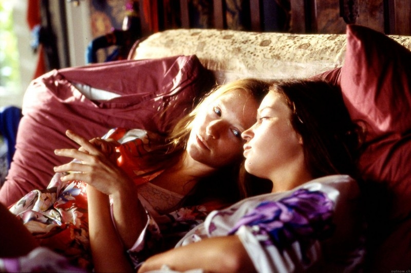 Nathalie Press ed Emily Blunt insieme in una scena di My Summer of Love
