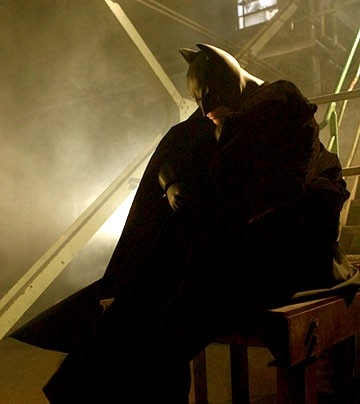 Christian Bale in una sequenza di Batman Begins, per la regia di C. Nolan