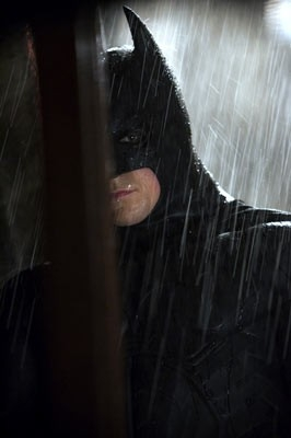 un bel primo piano di Christian Bale in una scena di Batman Begins