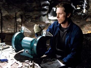 la star Christian Bale in una scena di Batman Begins