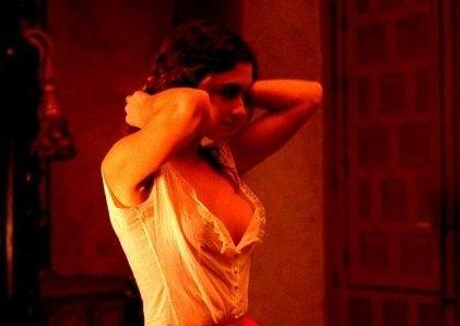 Paz Vega in una sequenza di Per amare Carmen