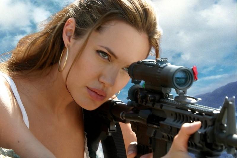 Angelina Jolie prende la mira in una scena di Mr. and Mrs. Smith