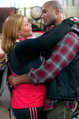 Queen Latifah ed Henry Simmons in una scena di New York taxi