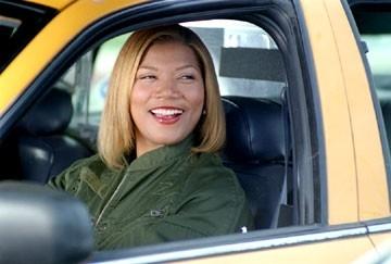 Queen Latifah in una scena di New York taxi