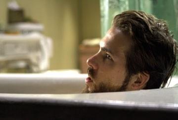 Ryan Reynolds in vasca da bagno una scena di The Amityville Horror