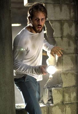 Ryan Reynolds in una scena di The Amityville Horror, del 2005