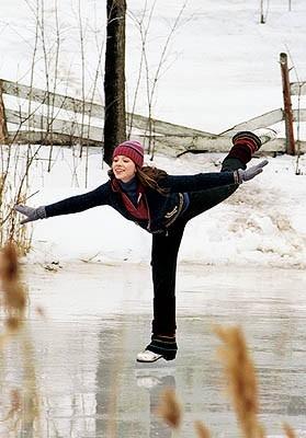 Michelle Trachtenberg in una sequenza acrobatica di Ice Princess