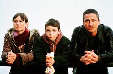 Emily Mortimer, Jack McElhone e Gerard Butler in Dear Frankie