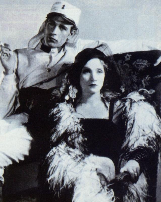 Marlene Dietrich accanto a Gary Cooper in una scena di Marocco