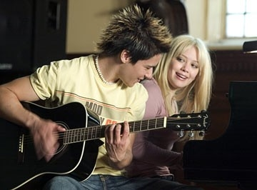 Oliver James e Hilary Duff in una scena di Nata per vincere