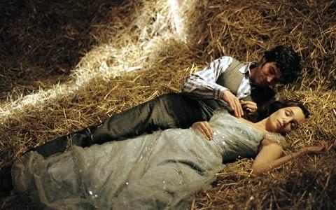 Romain Duris con Kristin Scott Thomas in una scena di Arsène Lupin