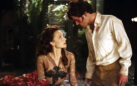 Romain Duris e Kristin Scott Thomas in una scena di Arsène Lupin (2004)
