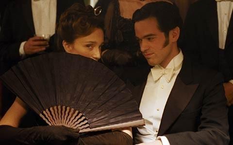 Romain Duris e Kristin Scott Thomas in una scena di Arsenio Lupin
