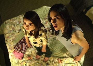 Ariel Gade e Jennifer Connelly in una scena di Dark Water