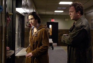 John C. Reilly e Jennifer Connelly in una scena di Dark Water