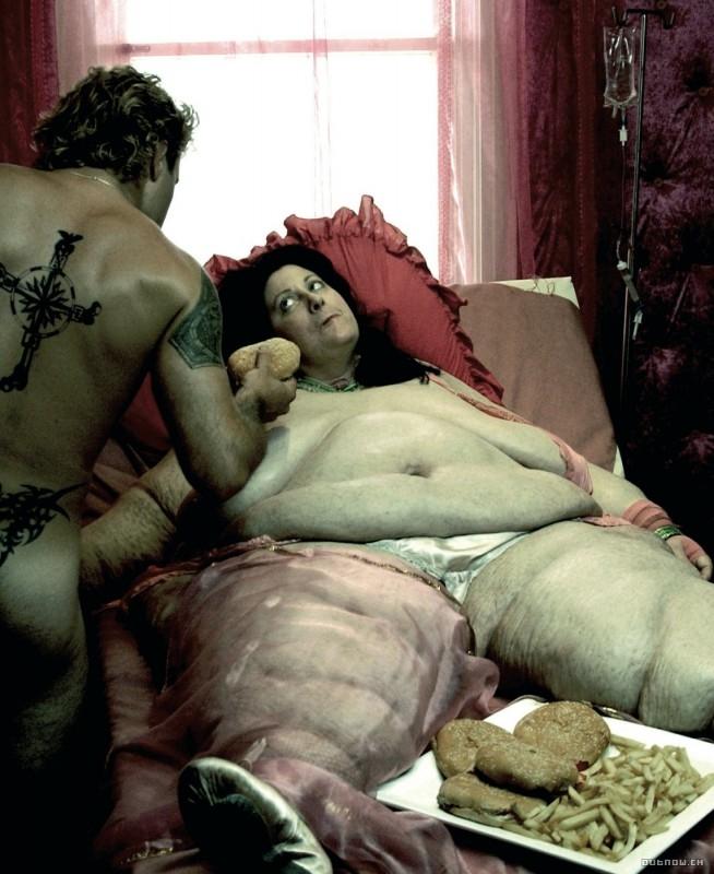 Un'inquietante scena di Feed con Alex O'Laughlin di spalle
