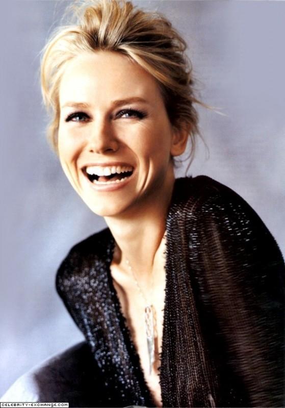 una sorridente Naomi Watts