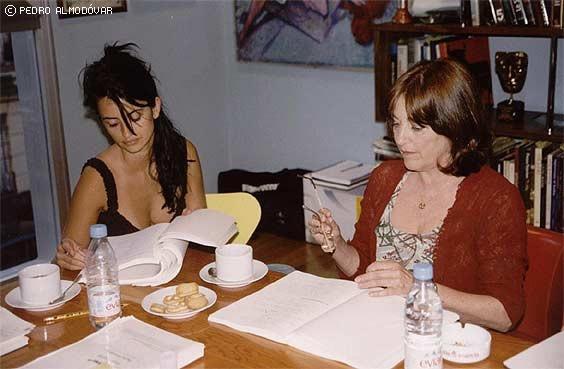 Penelope Cruz e Carmen Maura durante le prove di Volver, in una foto scattata da Almodovar