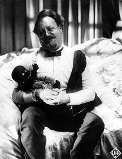 Emil Jannings e Savage in una scena de L'angelo azzurro: Savage era il bambolotto portafortuna di Marlene Dietrich ed è apparso spesso nei film che l'attrice ha fatto con Von Sternberg.
