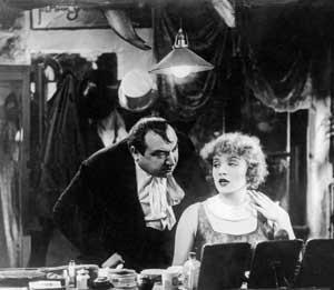Marlene Dietrich insieme Kurt Gerron in una scena de L'angelo azzurro