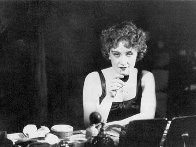 Marlene Dietrich in una scena de L'angelo azzurro