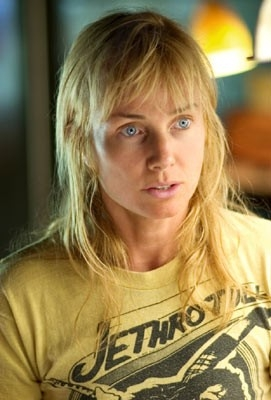 Rebecca De Mornay in una scena di Lords of Dogtown