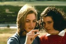 Melanie Lynskey con Kate Winslet in una scena di Creature del cielo