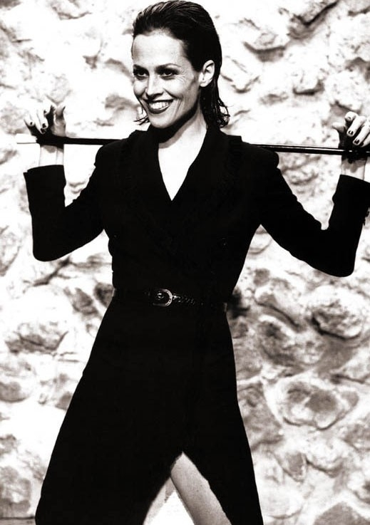 frustino e tailleur nero per Sigourney Weaver